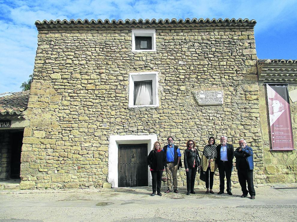 Varios de los miembros de Territorio Goya, ante la casa natal del pintor en Fuendetodos.