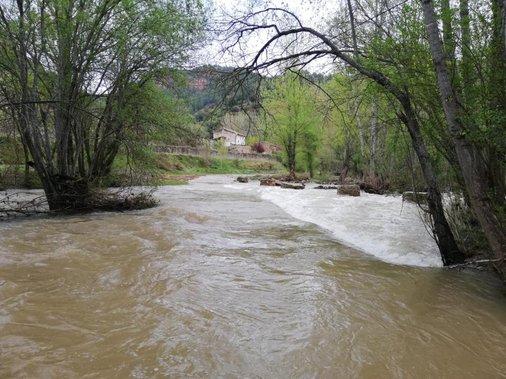 Una familia atrapada en Olba (Teruel) tras la riada del pasado viernes.