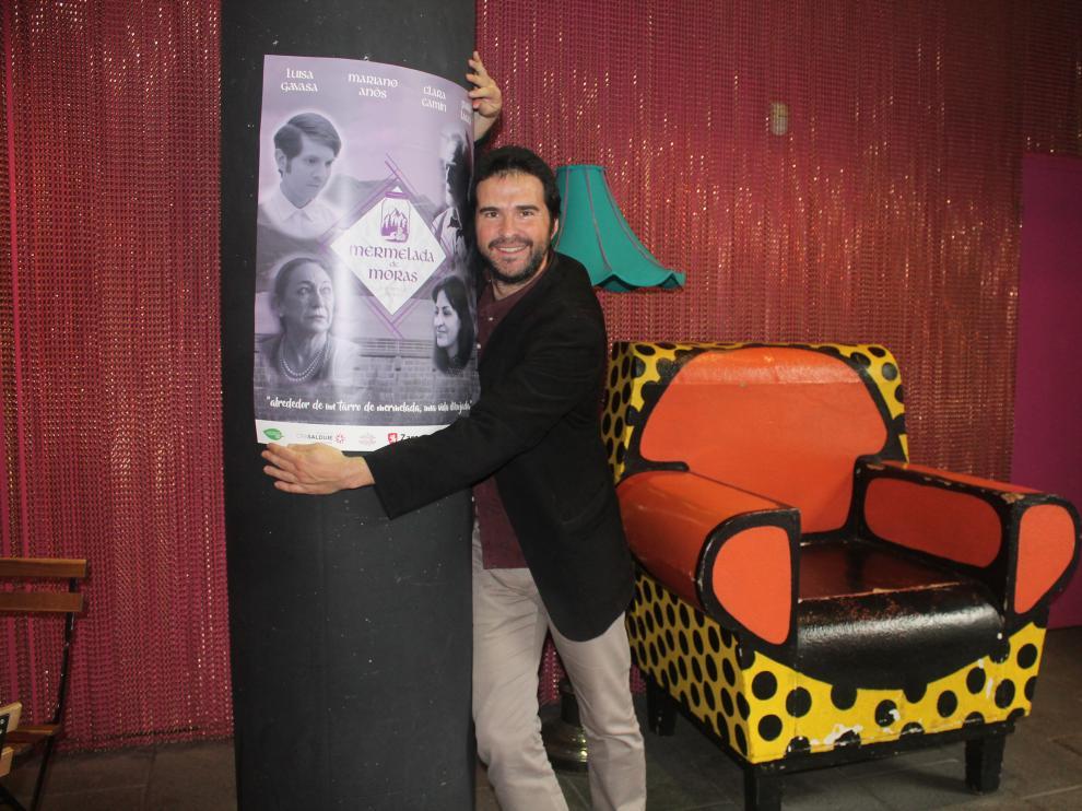 El actor y director zaragozano Jorge Andolz, en el Teatro de las Esquinas de Zaragoza, donde presentó este lunes 'Mermelada de Moras'.