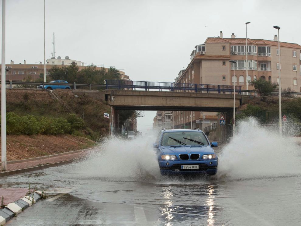 Las fuertes lluvias registradas en las últimas horas en Torrevieja han obligado al Ayuntamiento del municipio alicantino a desalojar diversas zonas y a cortar el tráfico.