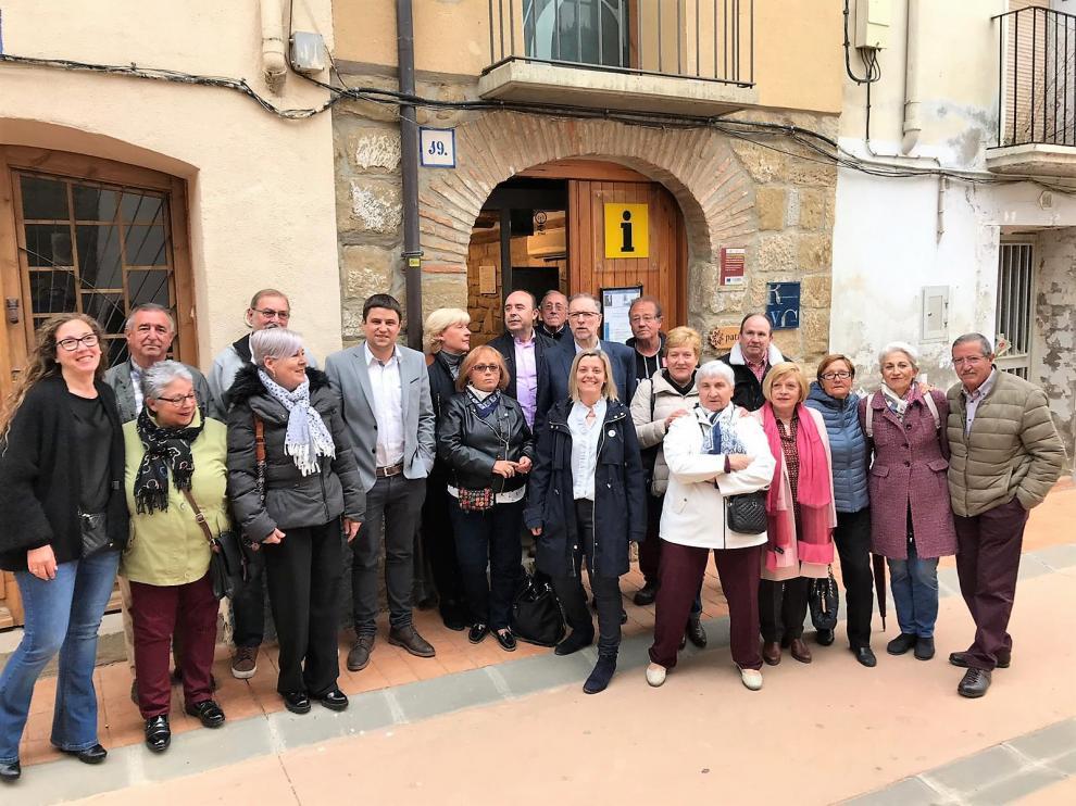 Los candidatos del PSOE con compañeros socialistas en Ayerbe