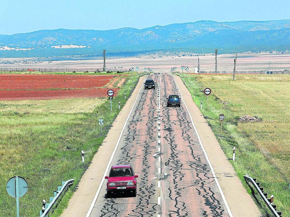 La carretera que une Monreal del Campo y Alcolea del Pinar presenta un deplorable estado de conservación.
