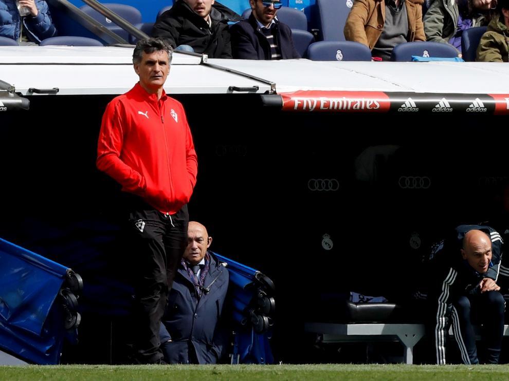 José Luis Mendilibar, entrenador del Eibar, durante un partido en el Bernabéu.