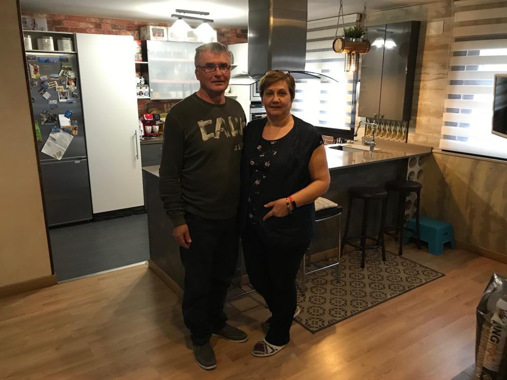 Vasile Precup y su mujer, Susana, en su vivienda del número 20 de la calle de Zacarías Martínez que él mismo reconstruyó con sus propias manos.