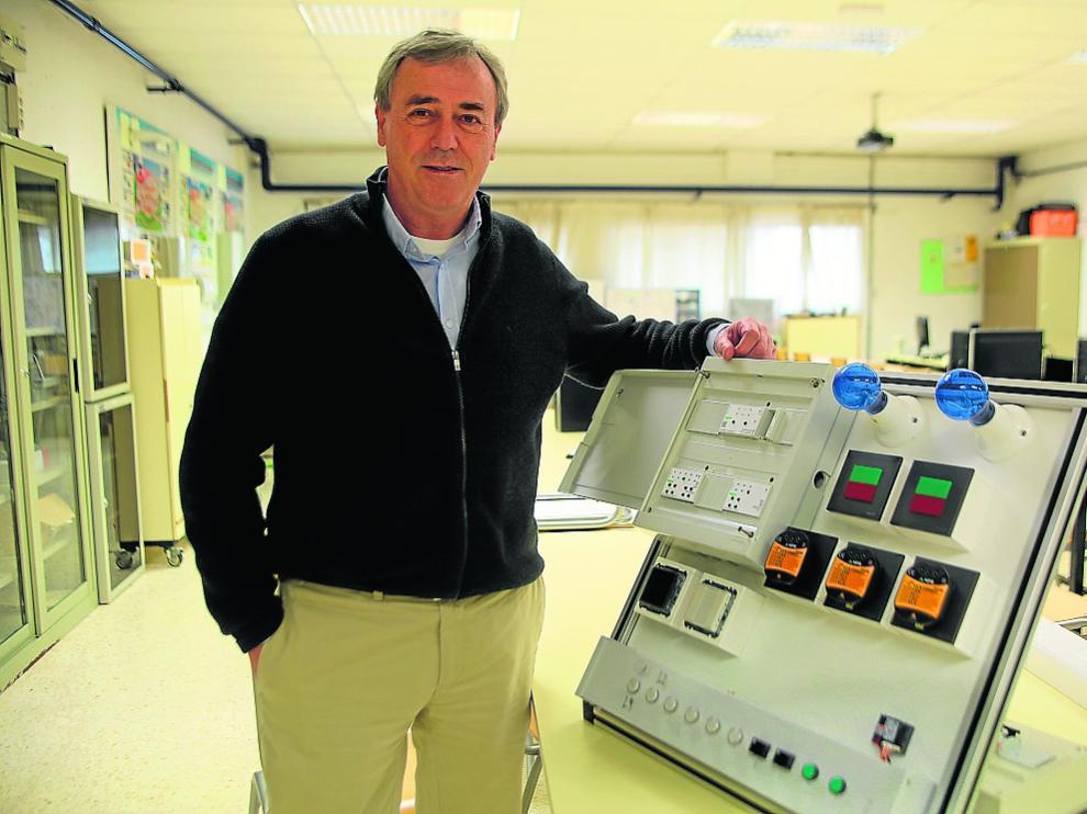 Mariano Camarón, en una de las aulas del CPIFP Pirámide de Huesca, donde imparte clases.