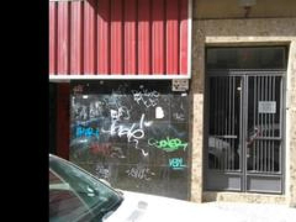 La Asociación de Vecinos La Huerva ha conseguido que una treintena de fachadas luzcan limpias gracias a los servicios de Mapiser, que eliminan las pintadas en cuanto aparecen para evitar que los vándalos las vuelvan a hacer.