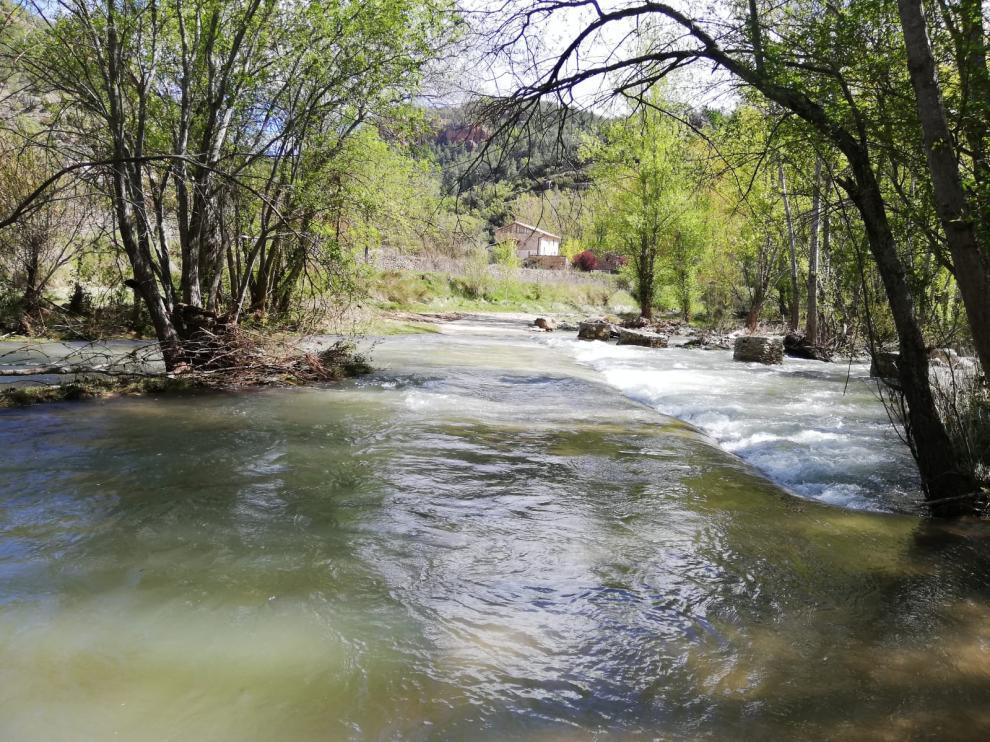 Acceso a los Tarrasones, Olba, inundado por el río Mijares este miércoles.