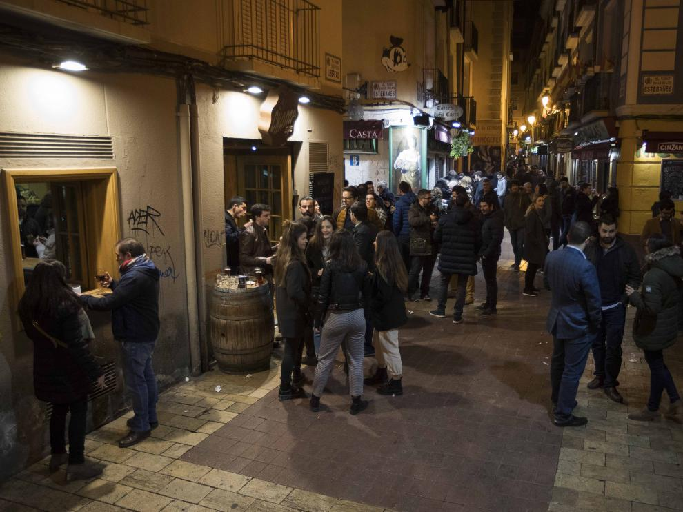 Ambiente nocturno en las calles del Tubo de Zaragoza.