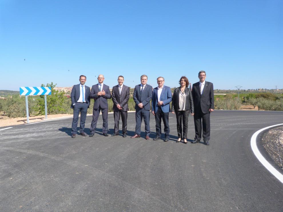 Autoridades provinciales y municipales en la futura carretera de acceso a Cretas.