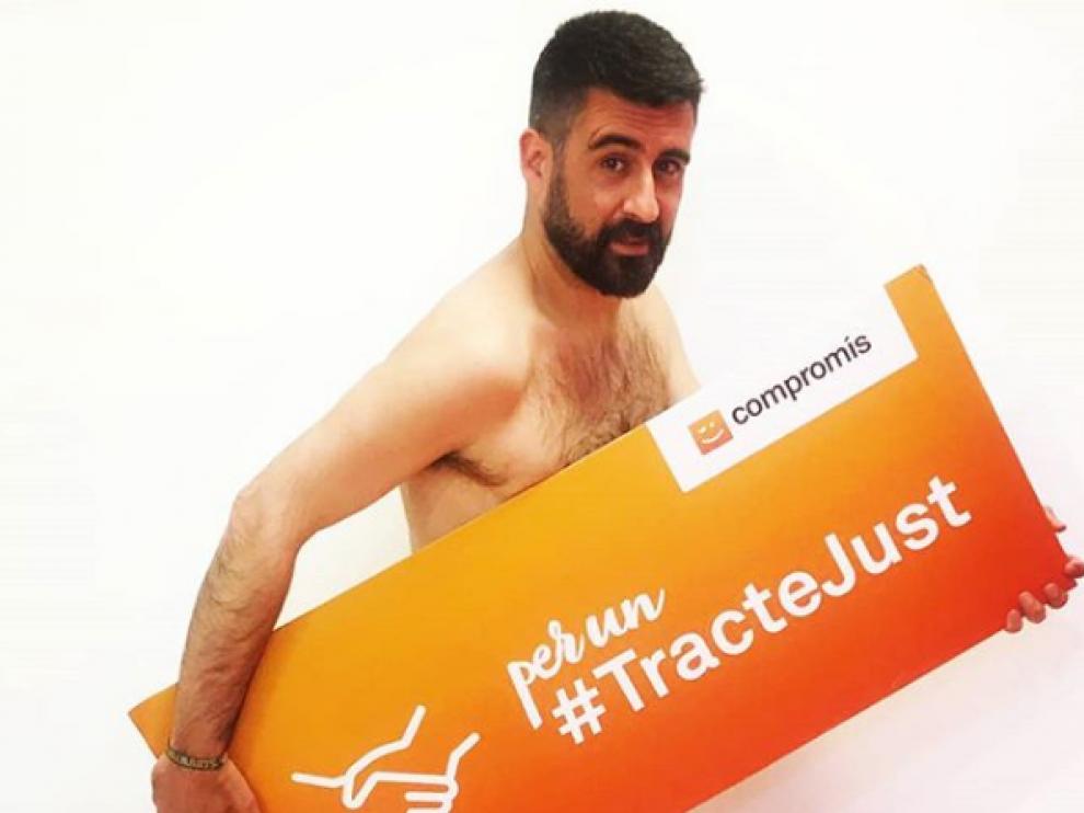 El concejal de Cultura Festiva, Pere Fuset, ha subido a una red social una fotografía con un desnudo parcial tras perder una apuesta.