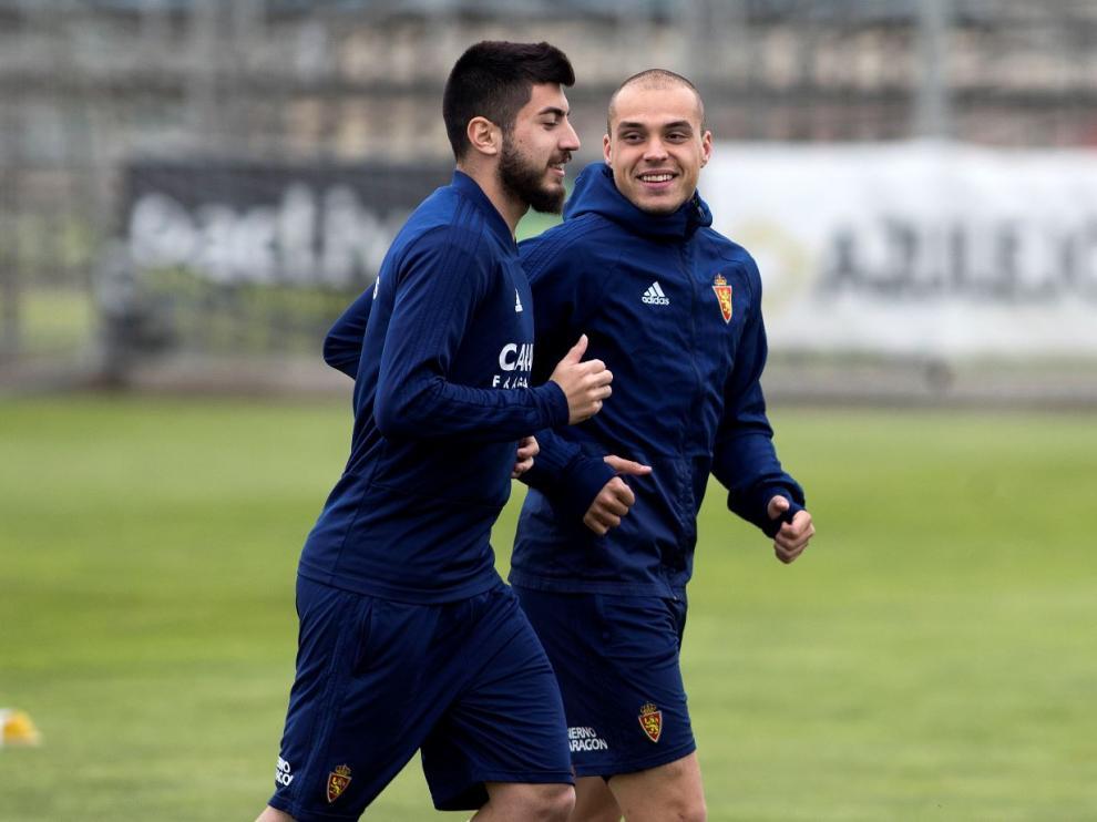 Pombo corre junto a Papunashvili al inicio del entrenamiento del Real Zaragoza este miércoles.