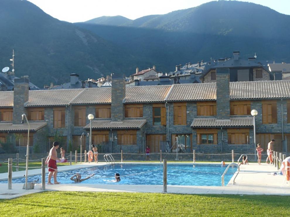 Los alojamientos cuentan con diversas zonas comunes como la piscina.