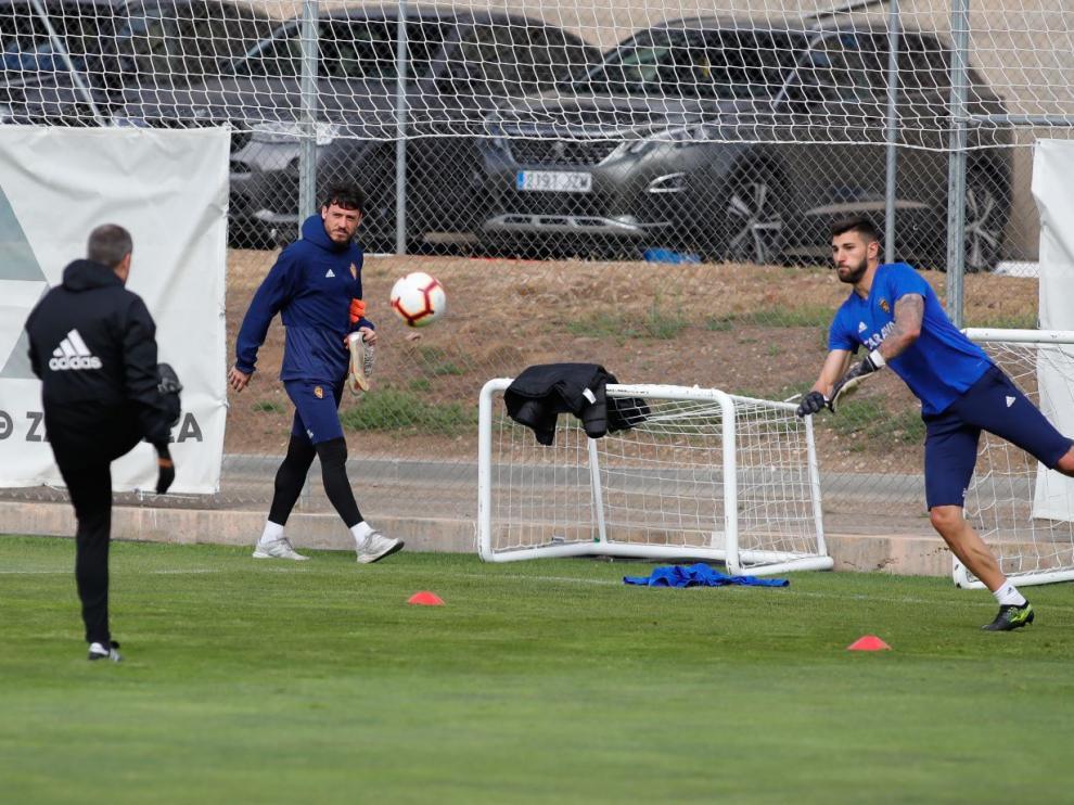 Cristian Alvarez pasa por detrás de Ratón mientras este se entrena este jueves. El portero argentino se marchó al gimnasio a solas.