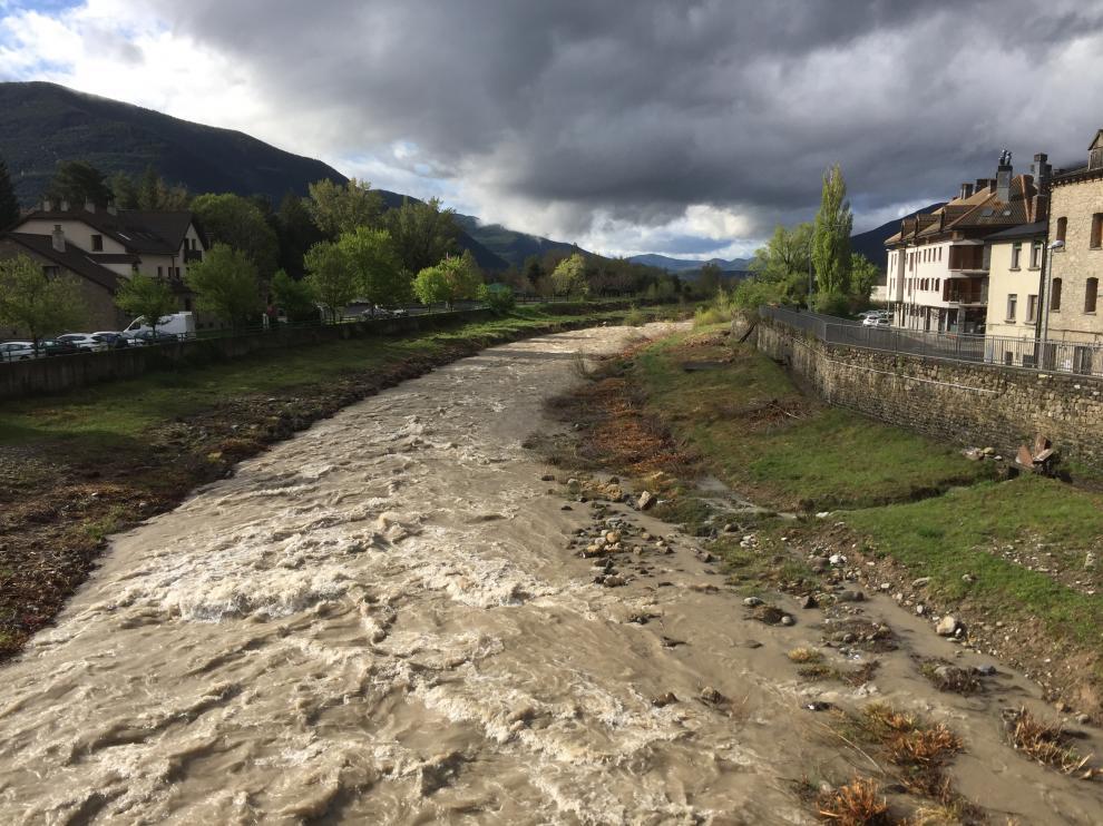 El río Gállego pasaba por Biescas este jueves con un fuerte caudal tras las últimas lluvias.