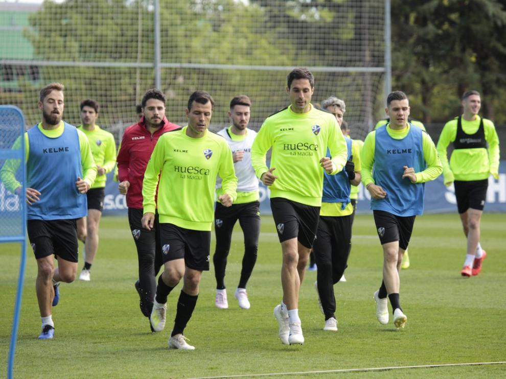 Los jugadores de la SD Huesca, en el entrenamiento llevado a cabo en el IES Pirámide.