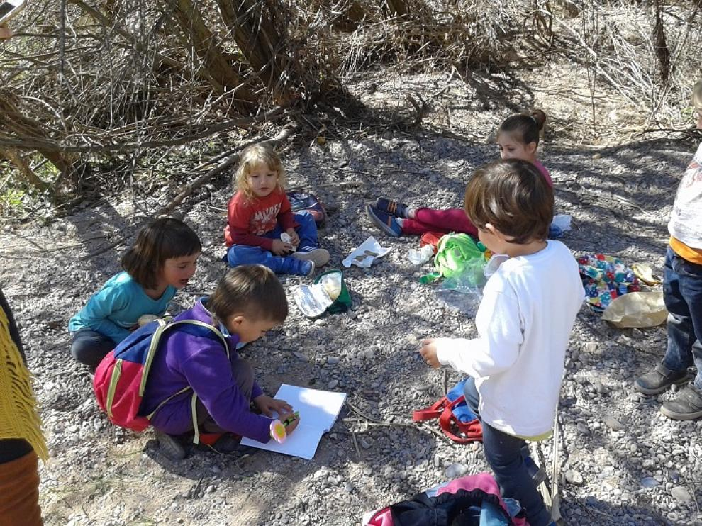 Escolares de Olba en una actividad en el campo.