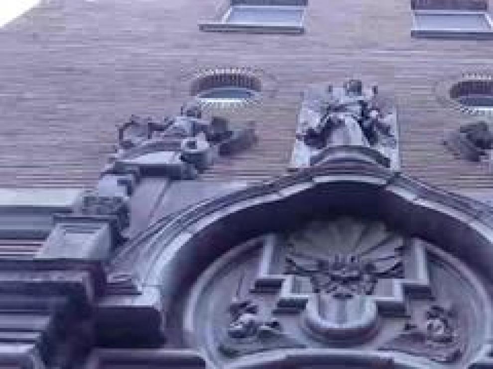 Se encuentra en la calle de Salduba de la capital aragonesa y procede de la desaparecida casa palacio de Sora, ubicada en la calle de San Vicente de Paúl