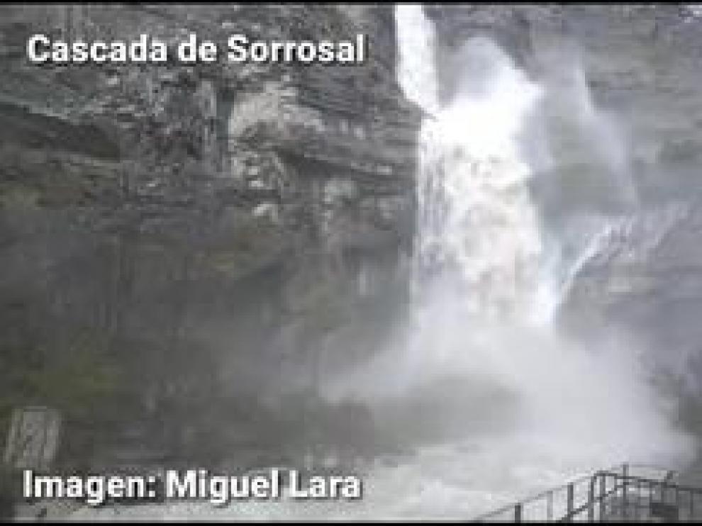 Las lluvias caídas en los últimos días en la comarca de Sobrarbe, con más de 200 litros en el valle de Pineta, han propiciado imágenes como esta en los cauces.