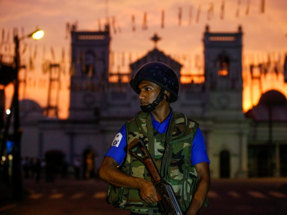 A security officer stands guard outside St. Antony's Shrine, days after a string of suicide bomb attacks on churches and luxury hotels across the island on Easter Sunday, in Colombo, Sri Lanka April 26, 2019. REUTERS/Thomas Peter [[[REUTERS VOCENTO]]] SRI LANKA-BLASTS/