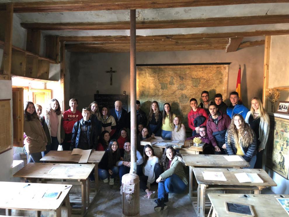 Alumnos de Magisterio del Campus de Teruel con Wenceslao Gargallo, que fue alumno en la antigua escuela de la Cañada de Benatanduz, hoy, recuperada.