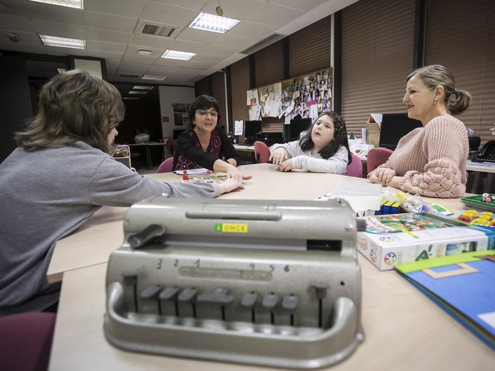 La docente Cristina González Trasobares –al fondo–, trabajando con varios de sus alumnos en la sede de la Delegación Territorial de la ONCE en Zaragoza