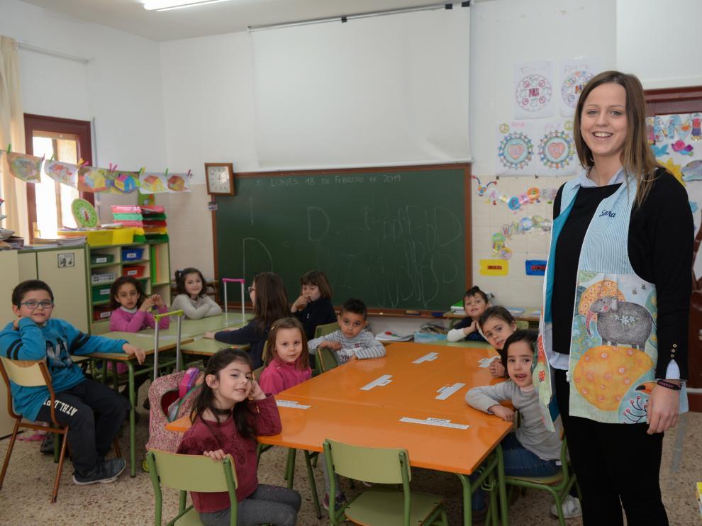 Sara Martí con sus alumnos, en el aula de Valdeltormo (Teruel) del CRA Matarraña
