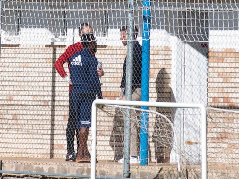 El director deportivo, Lalo Arantegui, se acercó a la zona de vestuarios este viernes para dialogar con Igbekeme y con el fisioterapeuta Míchel Román, justo antes del inicio del entrenamiento del Real Zaragoza.