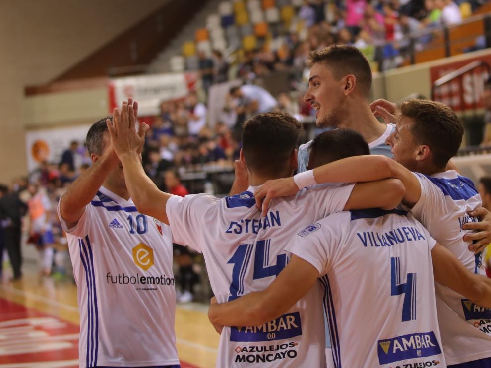 Los jugadores del Fútbol Emotion Zaragoza en la celebración de un gol.