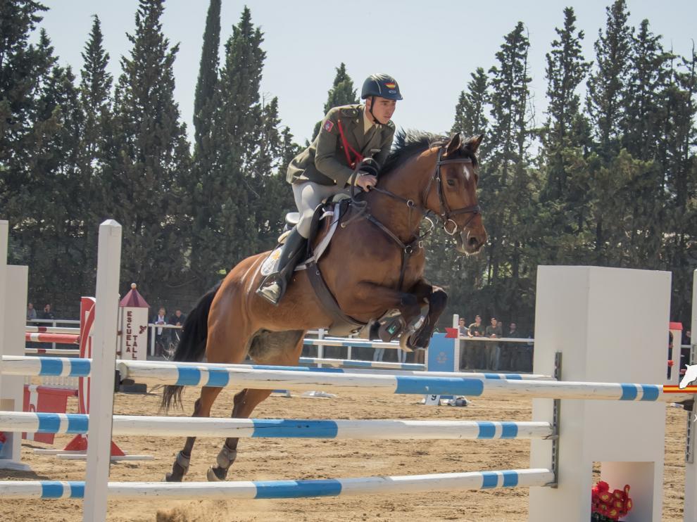 Luis Sánchez salta con su caballo en una competición.