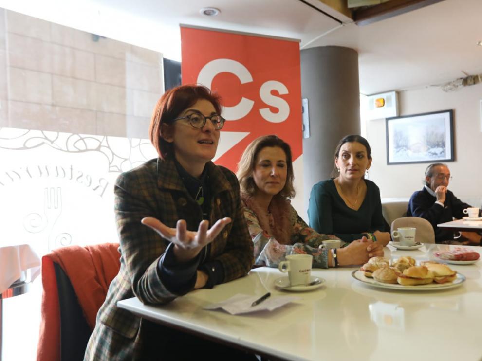 Maita Pagazaurtundua, en el desayuno ciudadano en Huesca junto a las candidatas al Congreso Lourdes Guillén y Sara Giménez.