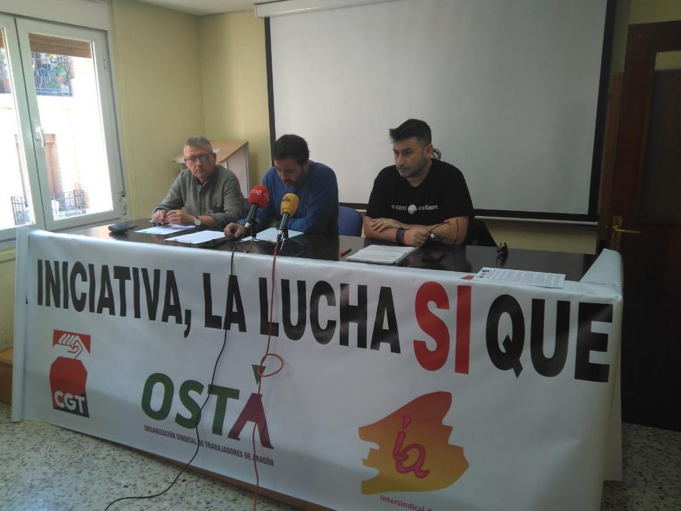 David Ubico, de la Intersindical de Aragón, con David Lázaro, de OSTA y César Yagües, de CGT, en la presentación de la manifestación del Primero de Mayo