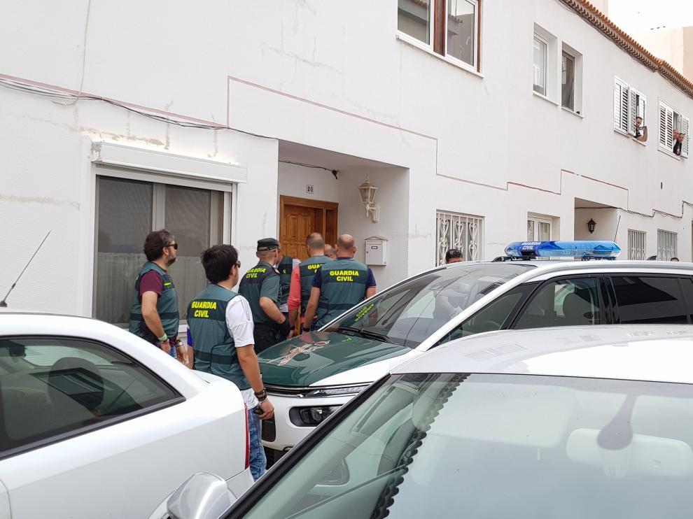 Registro en la vivienda del acusado de matar a su exmujer y a su hijo de 10 años en Adeje (Tenerife).
