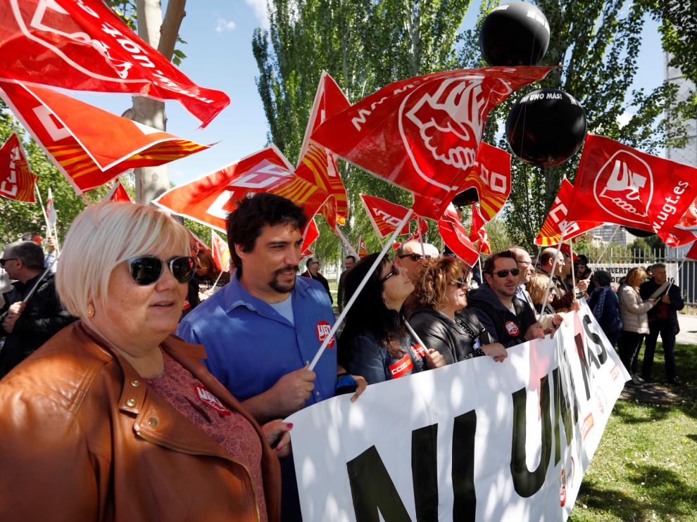 Cientos de delegados se han concentrado frente a la sede de la patronal aragonesa para exigir más inversión en prevención y frenar el incremento en la siniestralidad laboral