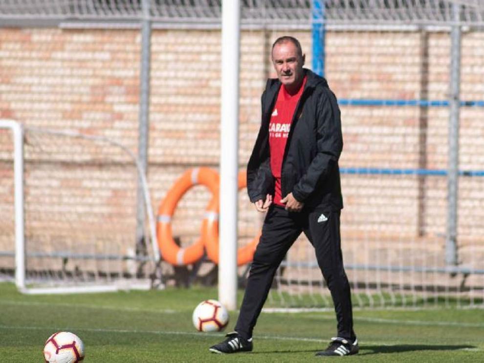 Víctor Fernández, con los balones sobre el césped, al inicio del entrenamiento del viernes.