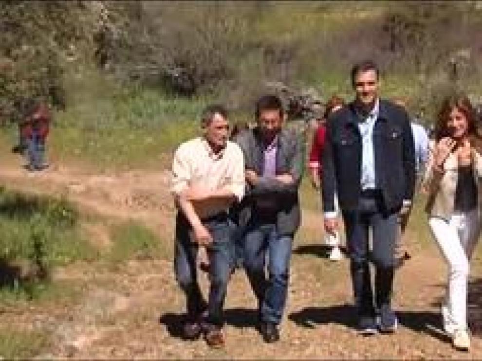 El candidato del PSOE pasea por el campo junto a su mujer en la localidad de Anchuras