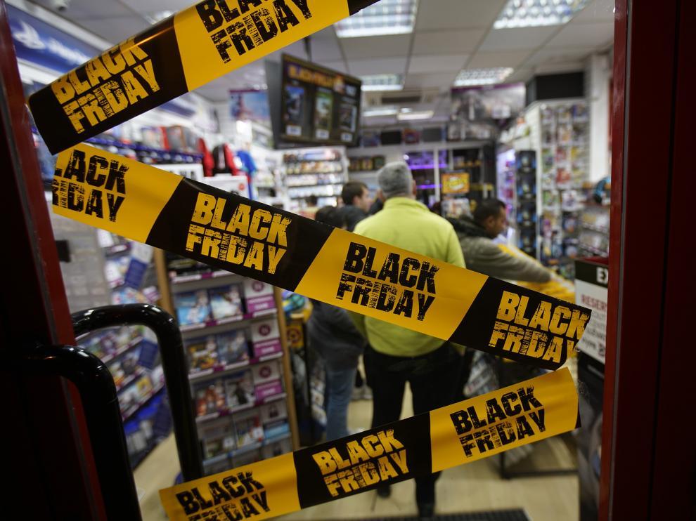 Escaparates con rebajas de Black fryday en Teruel. Foto AntonioGarcia/bykofoto. 22/11/18 [[[FOTOGRAFOS]]]