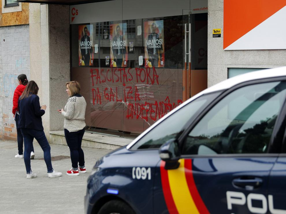 Pintadas en una de las sedes de Ciudadanos en Galicia.