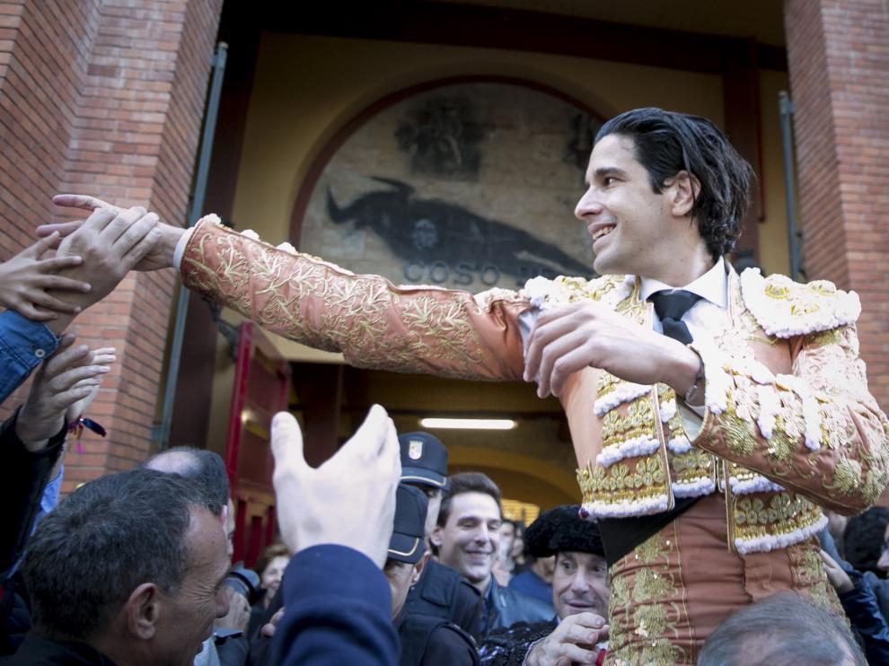 López Simón, saliendo por la Puerta Grande.