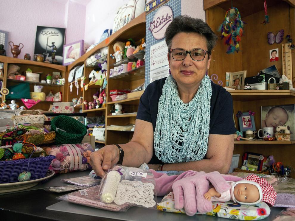 Pilar Guallart con algunas de las creaciones de la Asociación Estelar para prematuros.