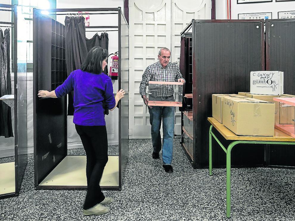 Las cabina, mesas y urnas electorales, ya preparadas en el colegio Gascón y Marín de Zaragoza