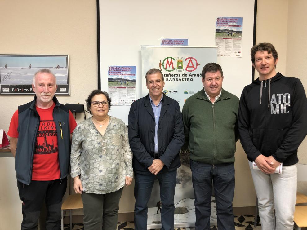 Presentación de las II Jornadas de Marcha Nórdica con miembros de la FAM y de MAB y el alcalde de Barbastro.