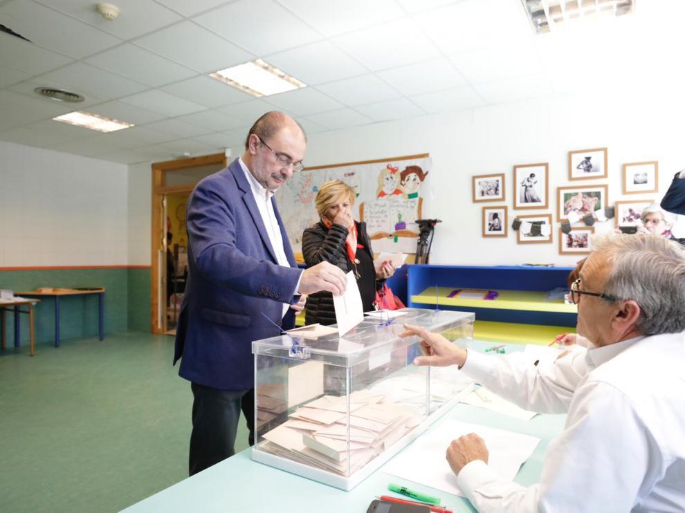 El presidente aragonés, Javier Lambán, votando en el centro cívico de Ejea de los Caballeros.