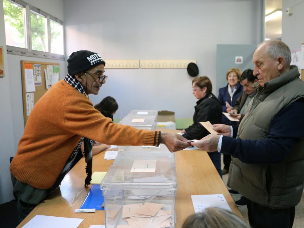 Votantes en el colegio Emilio Moreno Calvete del barrio de Las Delicias en Zaragoza