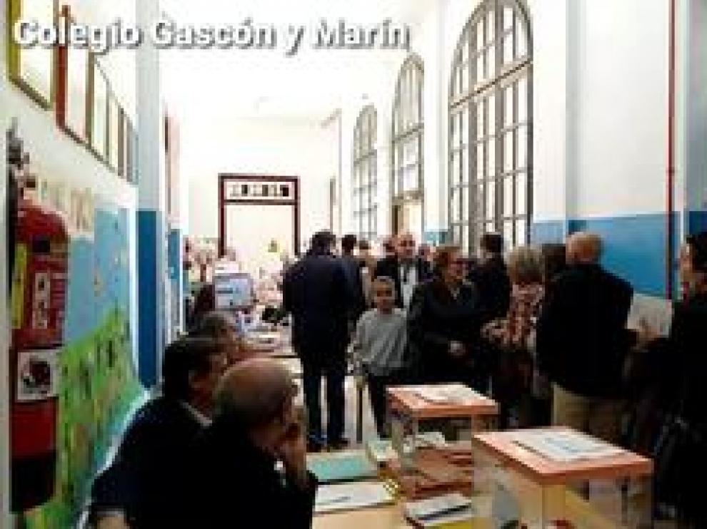 La jornada electoral se está desarrollando este domingo con bastante normalidad en la capital aragonesa. Tan solo filas de espera en algún colegio o la abundante afluencia en otros, como el de Parque Venecia que estrena colegio.