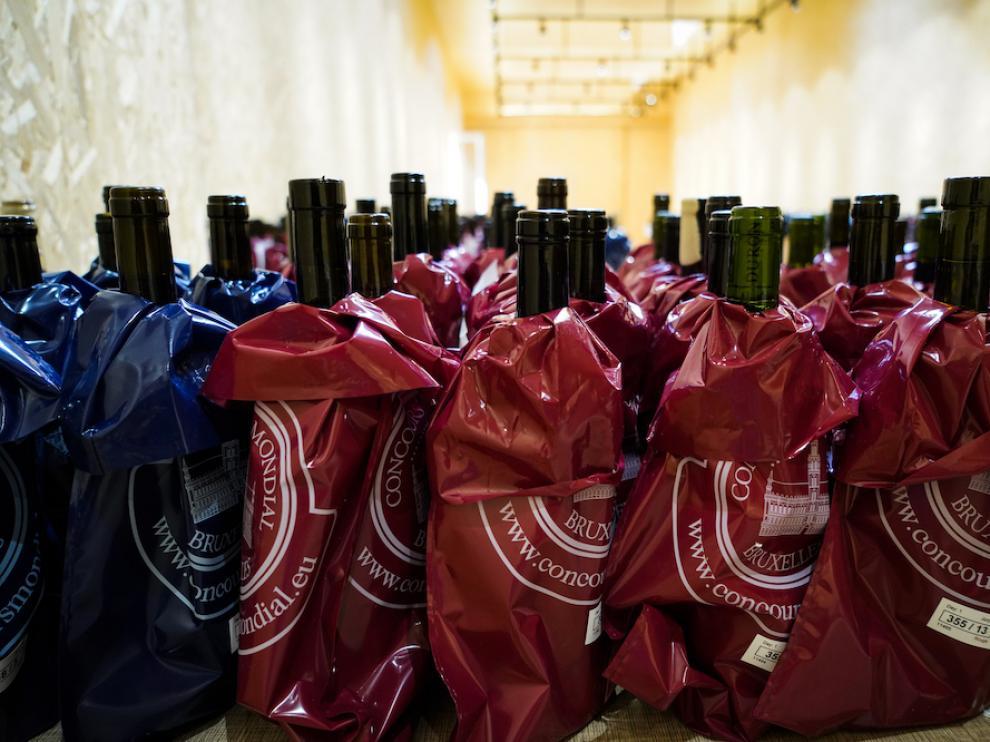 Botellas preparadas para la cata ciega en el Mundial de Bruselas.