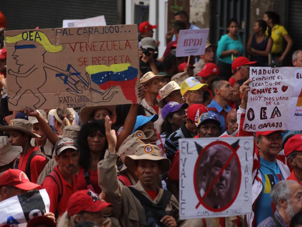 Cientos de venezolanos marchan en Caracas para apoyar la decisión de Maduro de sacar al país de la OEA.