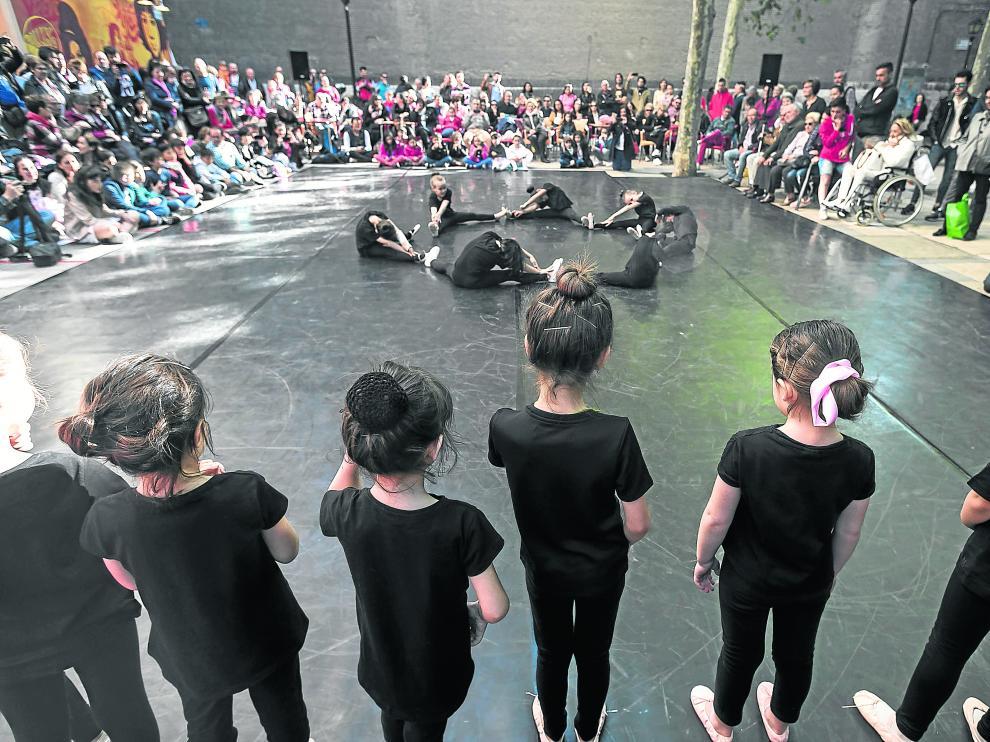 Pequeñas estudiantes de danza, en el acto celebrado ayer en la plaza de San Lamberto.