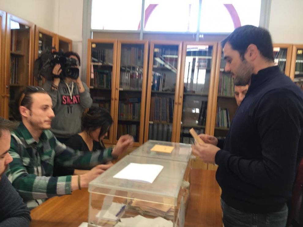 El candidato de Cs al Congreso por Zaragoza, Rodrigo Gómez, votando en su colegio electoral de Teruel.