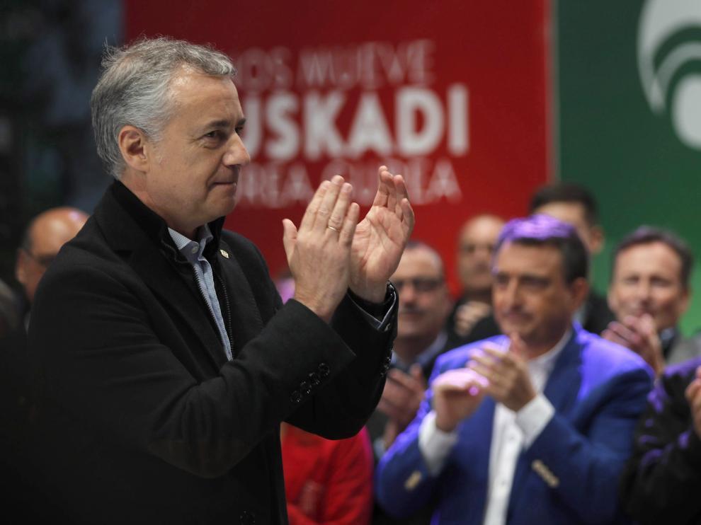 El presidente del PNV, Andoni Ortuzar (d), el lehendakari Iñigo Urkullu (i), y el candidato número uno al Congreso por Bizkaia, Aitor Esteban (c), durante el acto de cierre de campaña.