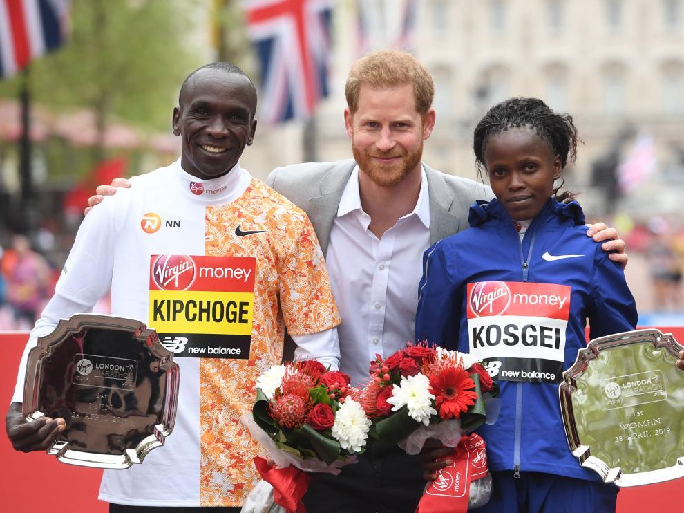 El príncipe Harry junto al keniano Eliud Kipchoge y la keniana Brigid Kosgei, vencedores del maratón de Londres.